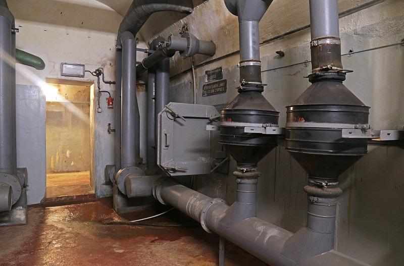 047-Na-konci-chodby-s-DA-je-ještě-jedna-místnost-s-prachovými-filtry