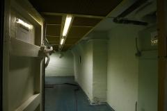 069-My-se-však-do-bunkru-vracíme-stojíme-před-tlakovými-dveřmi-ve-3.-patře