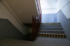 004-Schody-nás-vedou-několik-metrů-do-podzemí
